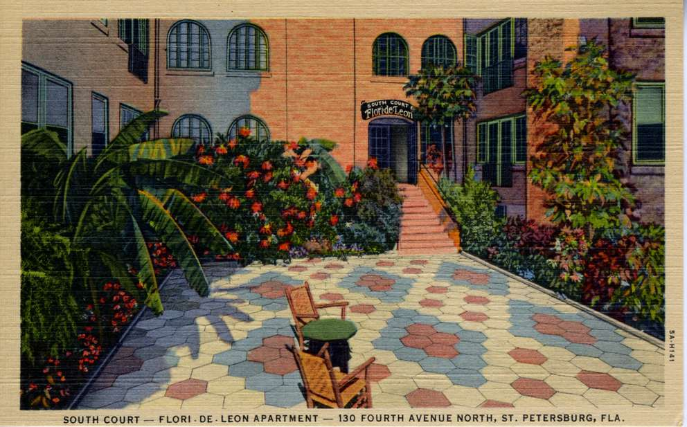 This postcard depicts the courtyard of the Flori-de-Leon.