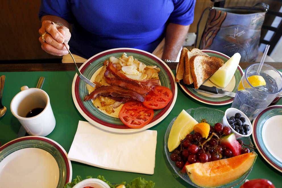 Linda McElroy eats a brunch of rye toast, bacon, tomatoes, potatoes and fresh fruit at the Frog Pond restaurant on 16909 Gulf Blvd in Redington Beach. Times (2016)