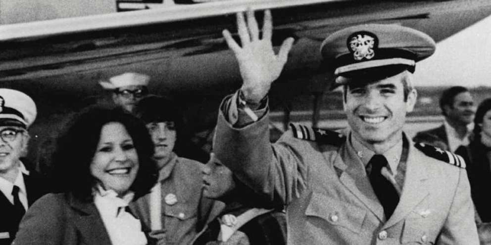 John McCain in Jacksonville with wife Carol after arriving from Vietnam (Associated Press 1973)