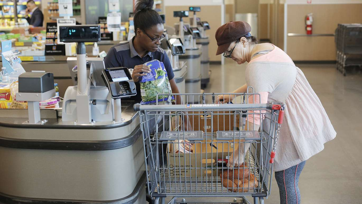 Tatiana Carter, 28, left, a cashier helps Kathy Devalle box her groceries at the Aldi store located on 1551 34th St N, St. Petersburg, Florida on Tuesday, July 17, 2018. [OCTAVIO JONES | Times]