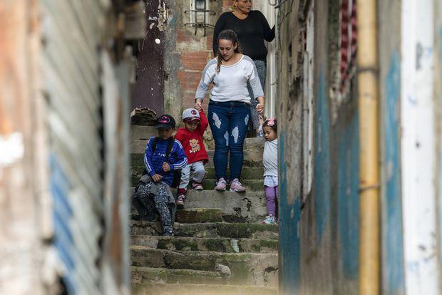 Marí Navarro y su nuera, Emily González, dejan la casa para llevar a los niños al parque en Bogotá.