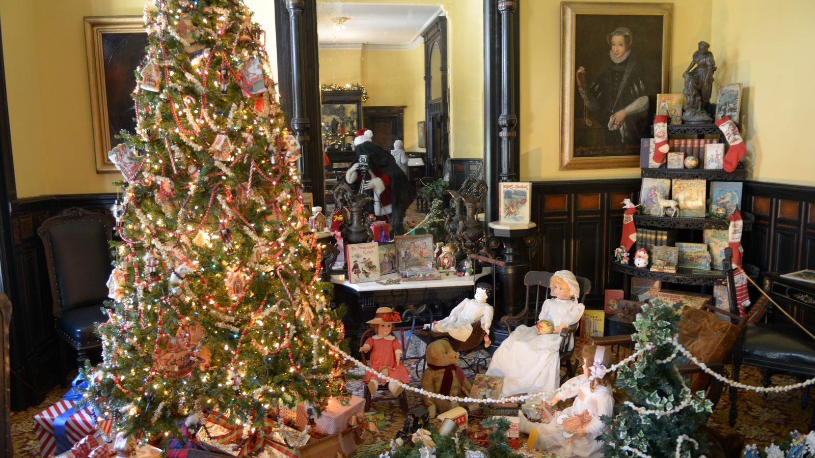 Plant Museum Welcomes Back Victorian Christmas Stroll
