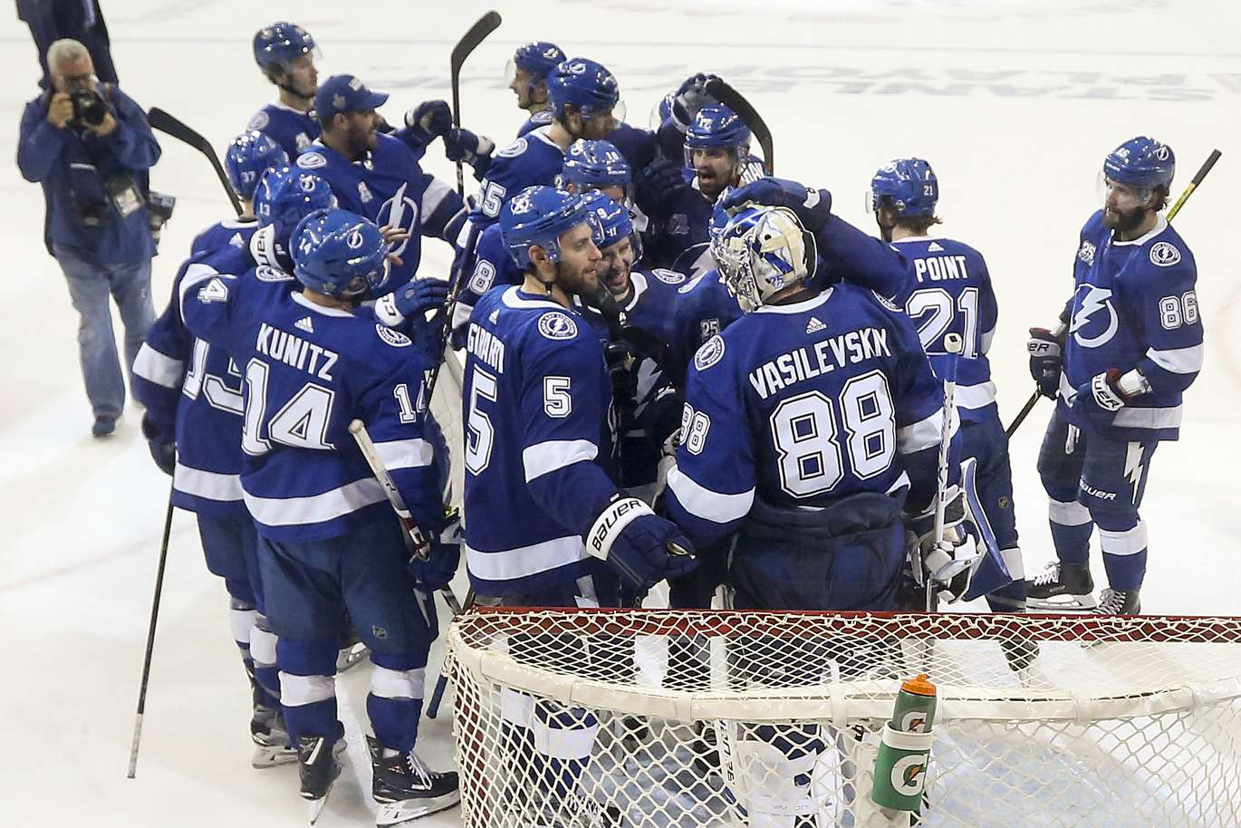 Lightning De Tampa Bay >> Tampa Bay Lightning Clinches Series With 3 1 Win Over Bruins Tampa