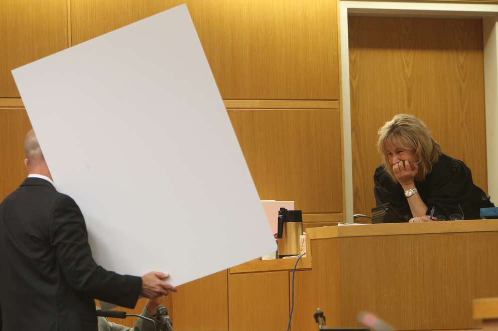 Pinellas-Pasco Circuit Judge Chris Helinger leans over and looks at a poster board held by prosecutor Doug Ellis in front of psychologist Peter Bursten. The board lists characteristics of being a psychopath. SCOTT KEELER | Times
