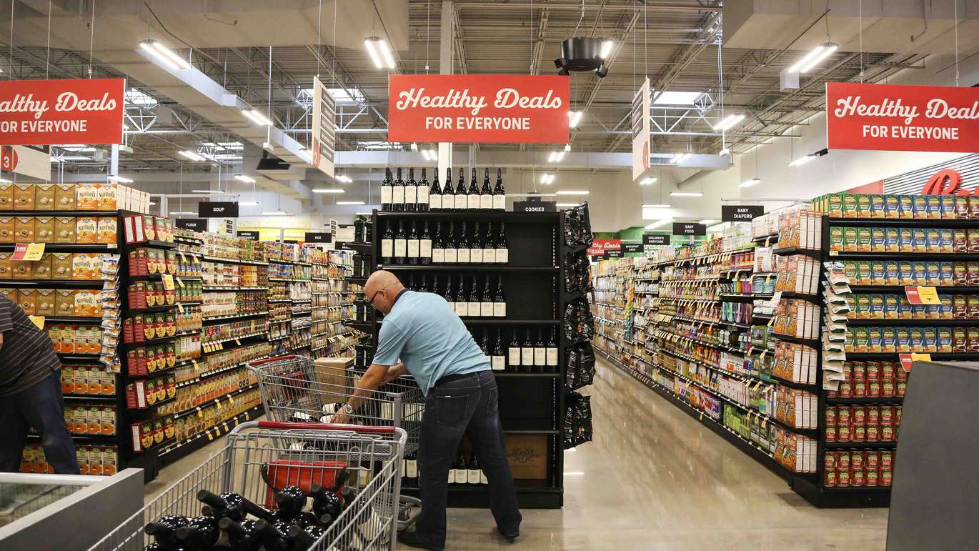 Employees get the new Earth Fare grocery store set up in Seminole on Monday, September 26, 2016. The new grocery store is set to open on Wednesday, September 28 in Seminole City Center. [EVE EDELHEIT | Times]